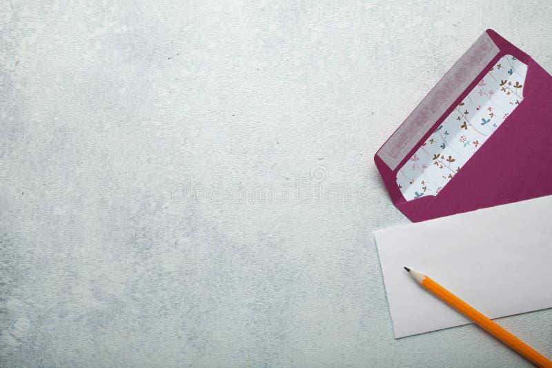Pojęcie zaproszenie ślub lub list dla walentynka dnia Opr??nia przestrze? dla teksta zdjęcia stock