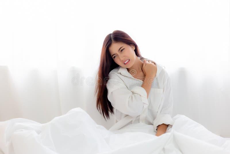 pojęcie zdrowy Atrakcyjna piękna kobiety zwichnięcia szyja, shoulde zdjęcie royalty free