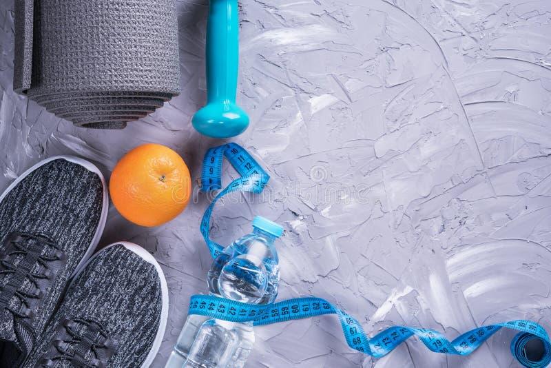 Pojęcie zdrowy styl życia Sportów buty, pomiarowa taśma, dumbbell, butelka woda, jabłko i joga mata z kopii przestrzenią na g, fotografia royalty free
