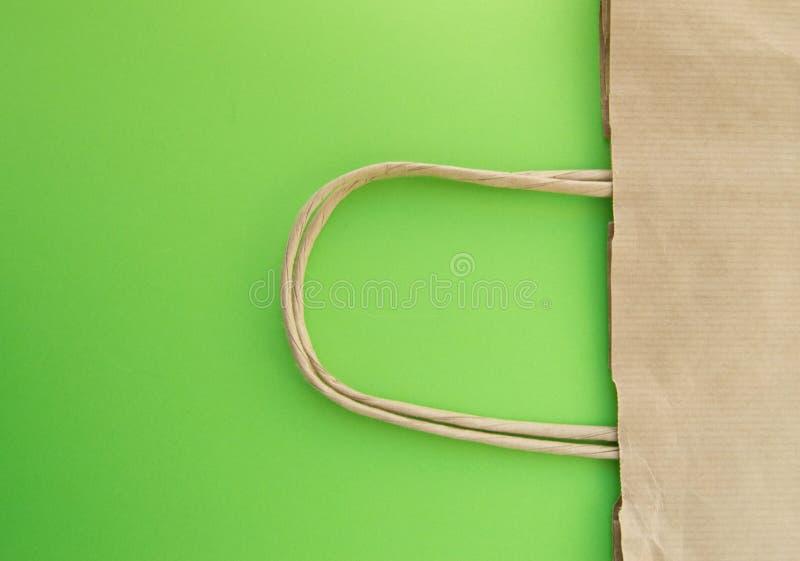 Pojęcie zero odpadów, reusable papierowa torba dla robić zakupy, bezpłatny klingeryt, zielony tło, odgórny widok zdjęcie stock
