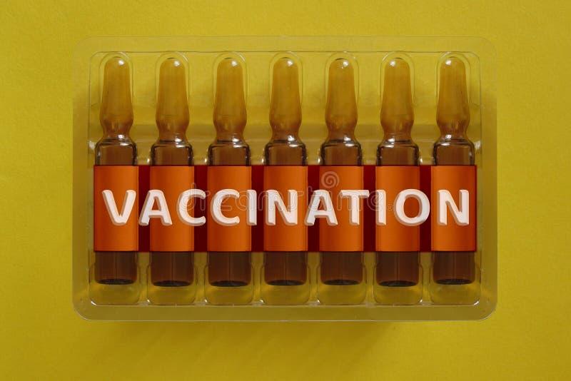 poj?cia r?k strzykawki szczepienie Siedem ampules z narzuta listami inskrypcja V A.C.C Ja N A T Ja O N zdjęcie stock