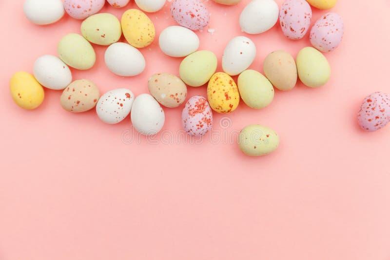 poj?cie Easter szcz??liwy Wielkanocnego cukierku czekoladowi jajka i jellybean cukierki odizolowywaj?cy na modnym pastelowych men fotografia stock