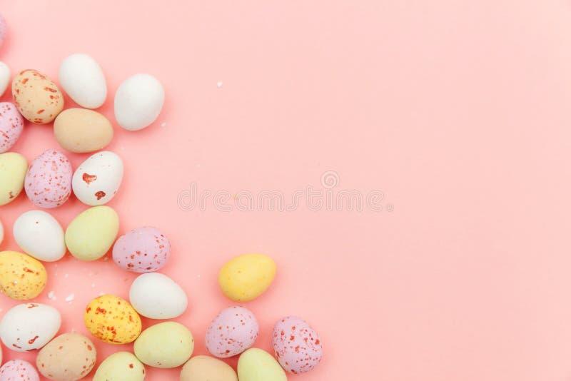 poj?cie Easter szcz??liwy Wielkanocnego cukierku czekoladowi jajka i jellybean cukierki odizolowywaj?cy na modnym pastelowych men obrazy stock