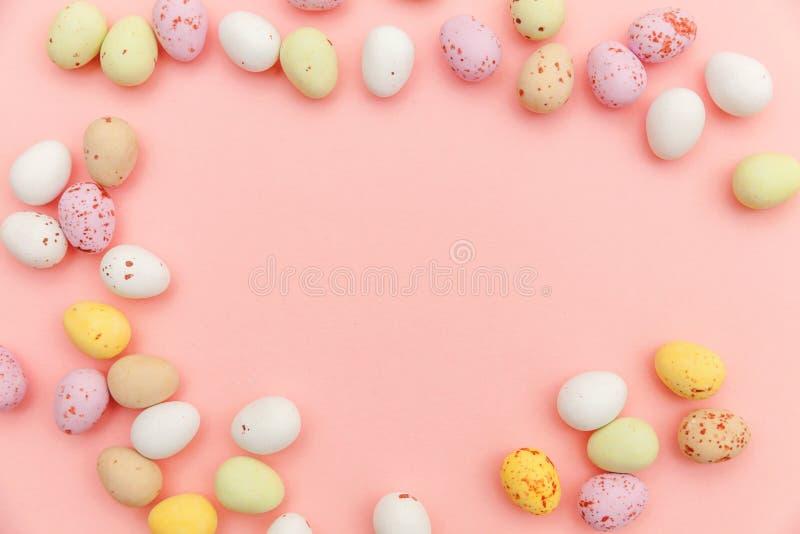 poj?cie Easter szcz??liwy Wielkanocnego cukierku czekoladowi jajka i jellybean cukierki odizolowywaj?cy na modnym pastelowych men zdjęcie stock
