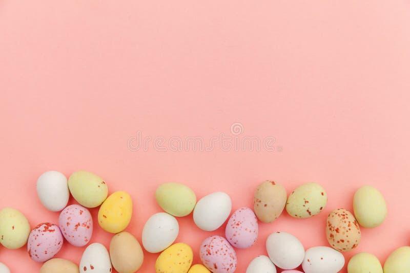 poj?cie Easter szcz??liwy Wielkanocnego cukierku czekoladowi jajka i jellybean cukierki odizolowywaj?cy na modnym pastelowych men obrazy royalty free