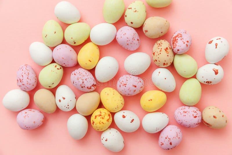 poj?cie Easter szcz??liwy Wielkanocnego cukierku czekoladowi jajka i jellybean cukierki odizolowywaj?cy na modnym pastelowych men zdjęcia royalty free