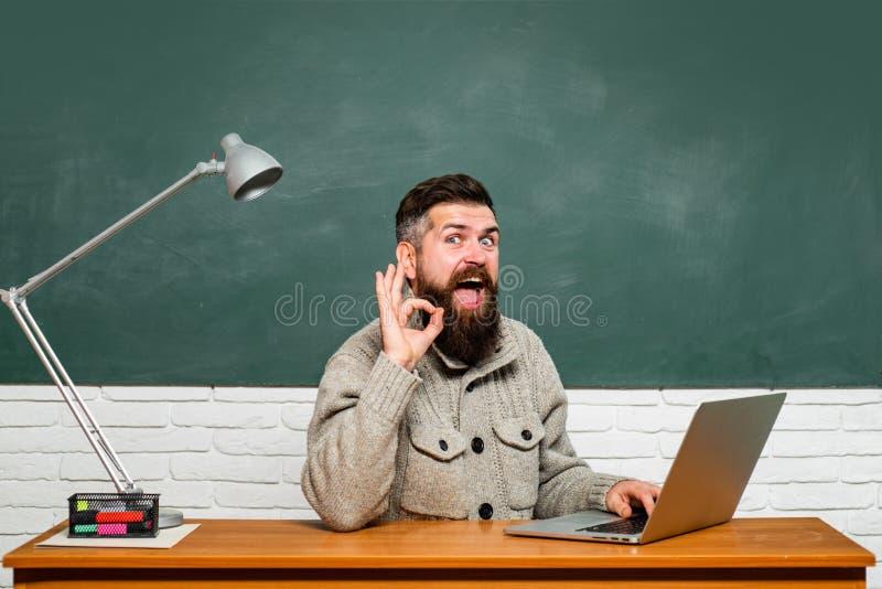 Poj?cie edukacja i nauczanie Dzie? powszedni TARGET56_1_ przy uniwersytetem G?upka ?mieszny studencki narz?dzanie dla uniwersytec obrazy stock
