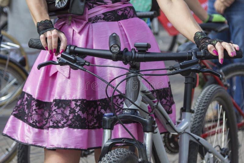 Poj?cie: kobiety na bicyklach R?ki trzyma handlebars R??owa sp?dnica z czerni koronk? fotografia royalty free