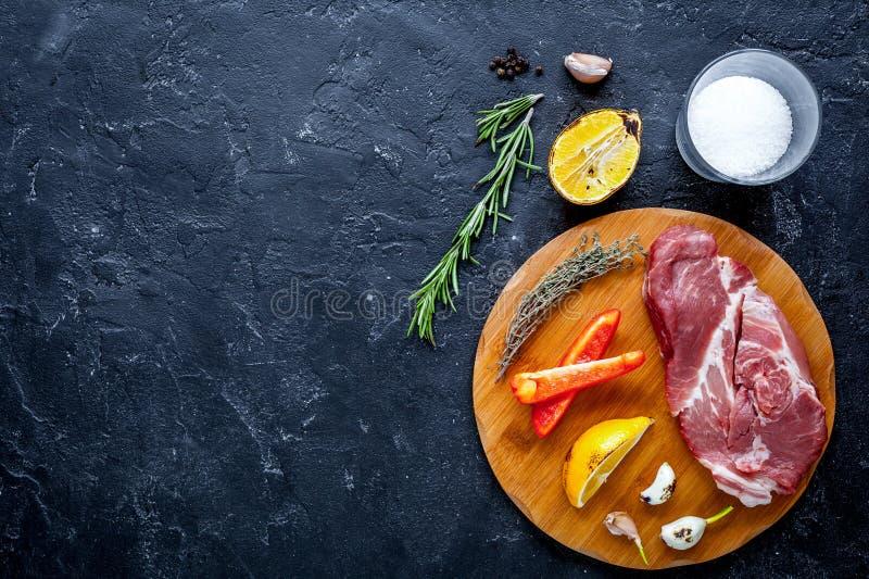 Poj?cie kulinarny stek na ciemnym t?o odg?rnego widoku egzaminie pr?bnym up fotografia stock