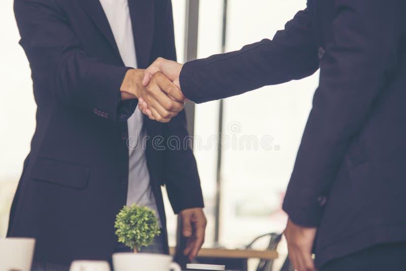 Poj?cie partnerstwo - u?cisk?w d?oni partnery biznesowi Zaufanie biznes zdjęcie stock