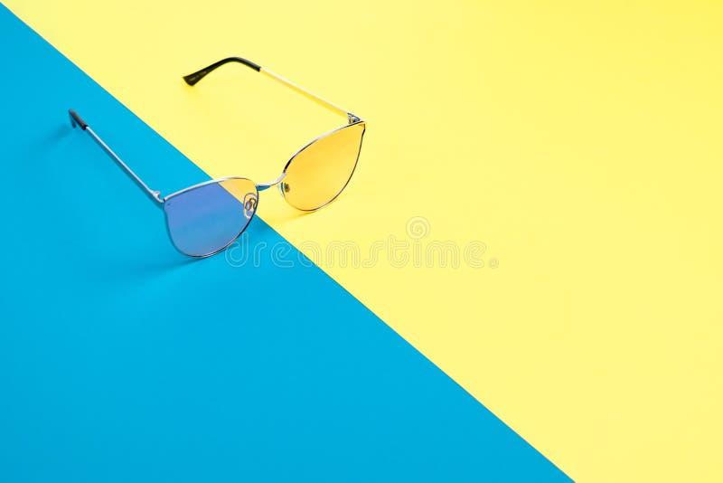 Poj?cie wakacje Odg?rny widok na okulary przeciws?oneczni zdjęcia stock