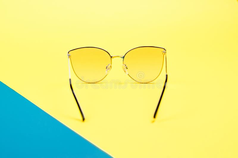 Poj?cie wakacje Odg?rny widok na okulary przeciws?oneczni obraz stock