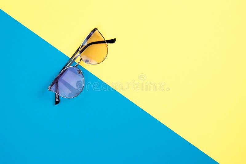 Poj?cie wakacje Odg?rny widok na okulary przeciws?oneczni obrazy stock