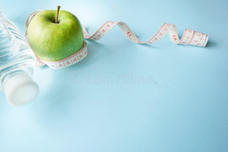 poj?cie zdrowy styl ?ycia Detox woda, glikoza metr i zieleni jabłko na błękitnym tle z kopii przestrzenią, Cukrzyce sporty obrazy royalty free