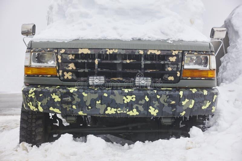 Pojazd łapać w pułapkę pod śniegiem czas zimna zima obrazy stock