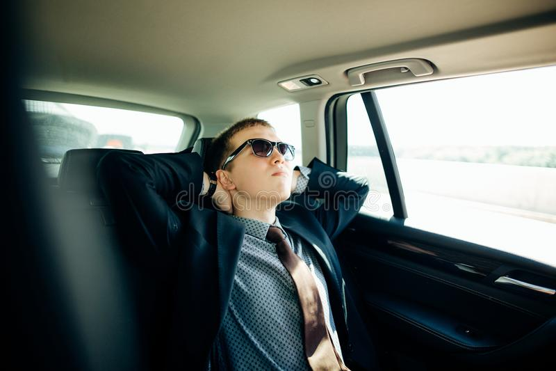 Pojazd działającej jaźni napędowy tryb i mężczyzna kierowca relaksuje obraz royalty free