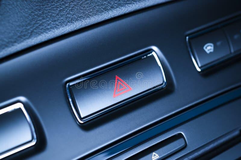 Pojazd, samochodowego zagrożenia ostrzegawczy migacze zapina z widocznym czerwonym trójbokiem. zdjęcia royalty free
