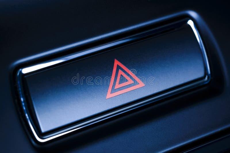 Pojazd, samochodowego zagrożenia ostrzegawczy migacze zapina z widocznym czerwonym trójbokiem. fotografia stock