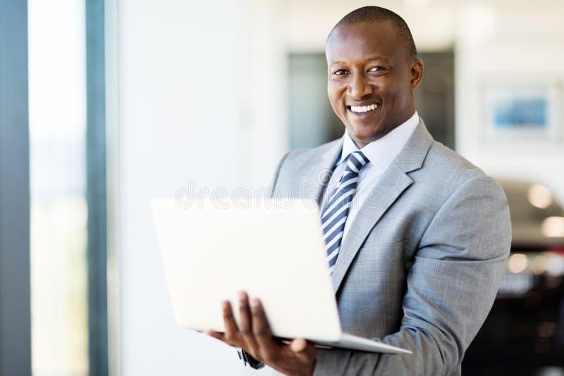 pojazd sprzedaży konsultanta laptop zdjęcie royalty free