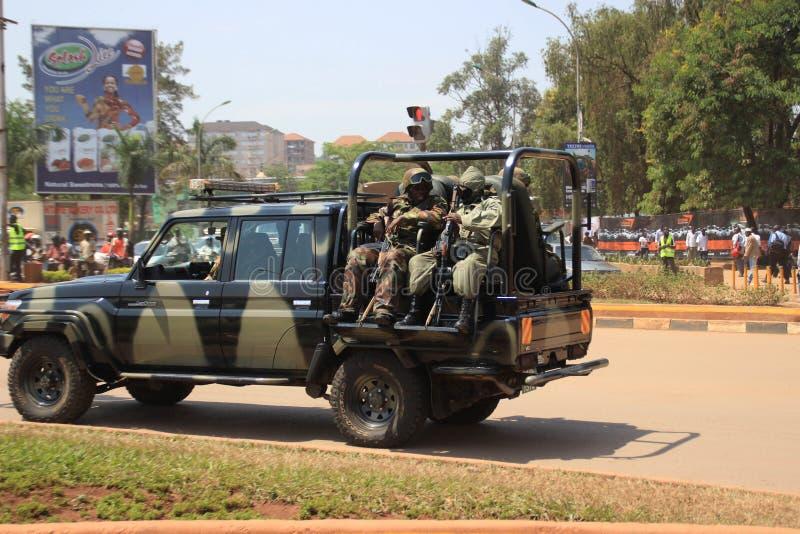 Pojazd wojskowy z wojskowym z karabinami maszynowymi w centrum miasta obrazy royalty free