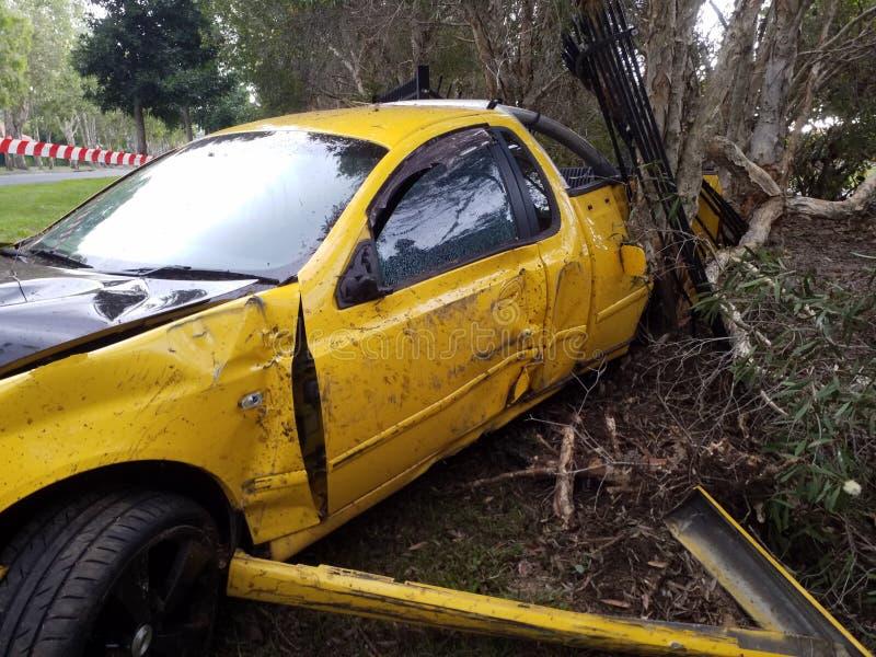 Pojazd wypadkowa Samochodowa kraksa samochodowa na stronie droga Kompletnie uszkadzający rozwalony samochód zdjęcia royalty free