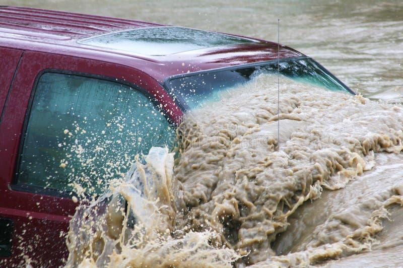 Pojazd zanurzający podczas Calgary powodzi zdjęcia stock