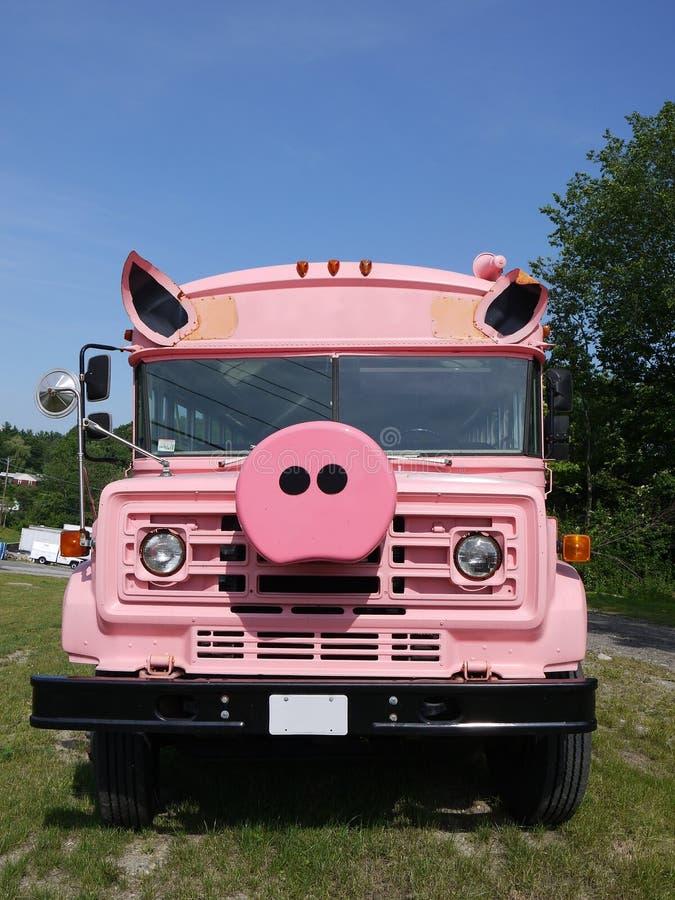 Pojazd: zmodyfikowany różowy autobus szkolny obraz stock