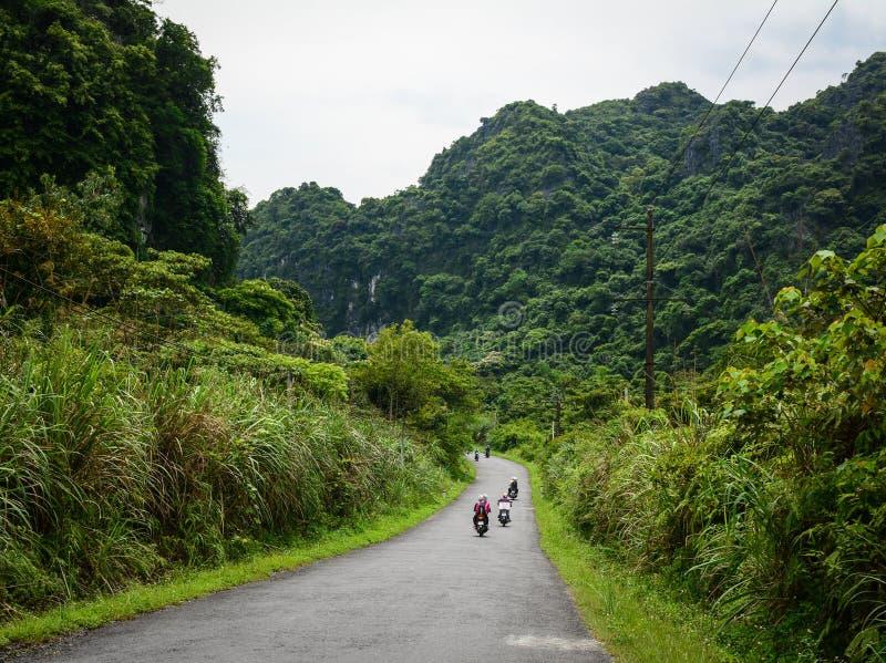 Pojazdu jeżdżenie na moutain drodze w Haiphong, Wietnam zdjęcia royalty free