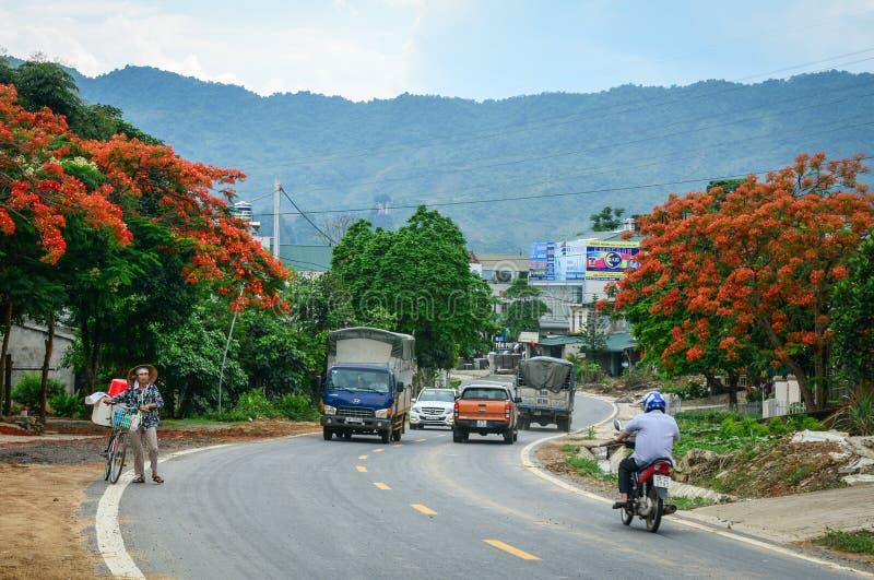 Pojazdy biegają na ulicie w Lai Chau, Wietnam fotografia royalty free