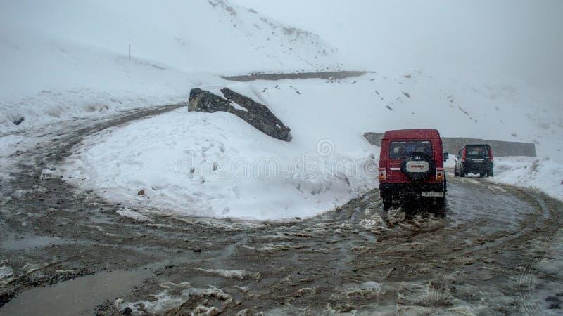 Pojazdy jadący przez ryzykownych i niebezpiecznych dróg Sikkim po ciężkiego opadu śniegu przy Kala Patthar, Północny Sikkim obrazy stock