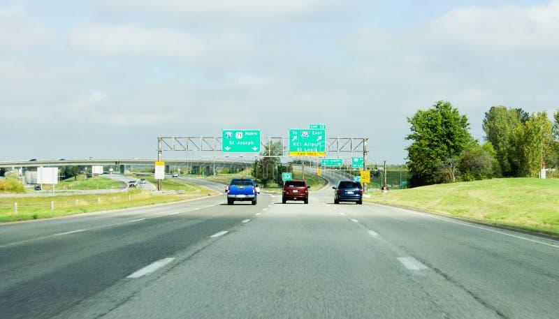 Pojazdy na autostrady jeżdżeniu w kierunku St Joseph, Kansas City lotnisko międzynarodowe Louis lub St obrazy stock