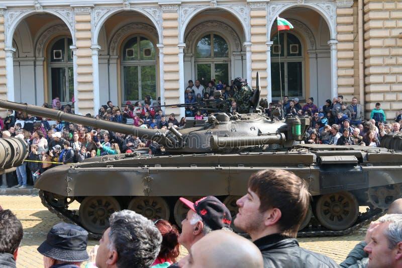 Pojazdy pancerni tropiący zbiorniki T72 na militarnym narzędzia paradują obraz royalty free