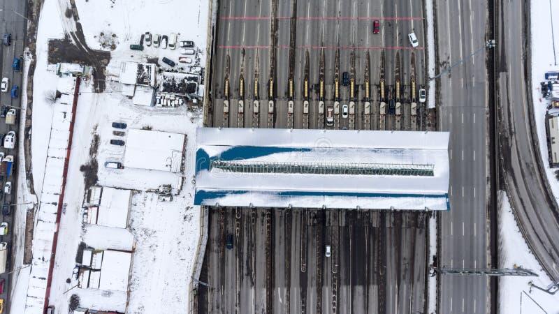 Pojazdy przechodzi opłata drogowa inkasowego teren na Zachodniej Wysokiej prędkości średnicy WHSD autostradzie, St Petersburg, Ro zdjęcia royalty free