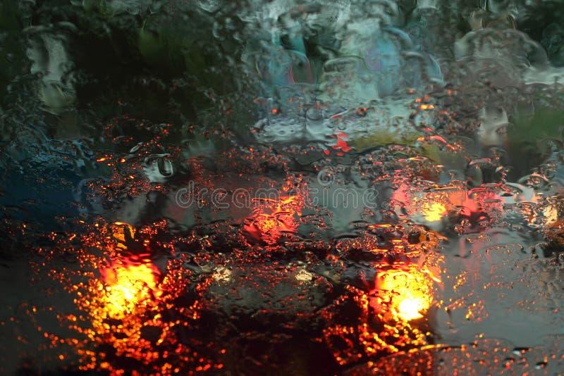 Pojazdy przeglądać przez mokrego szkła w deszczu zdjęcie stock