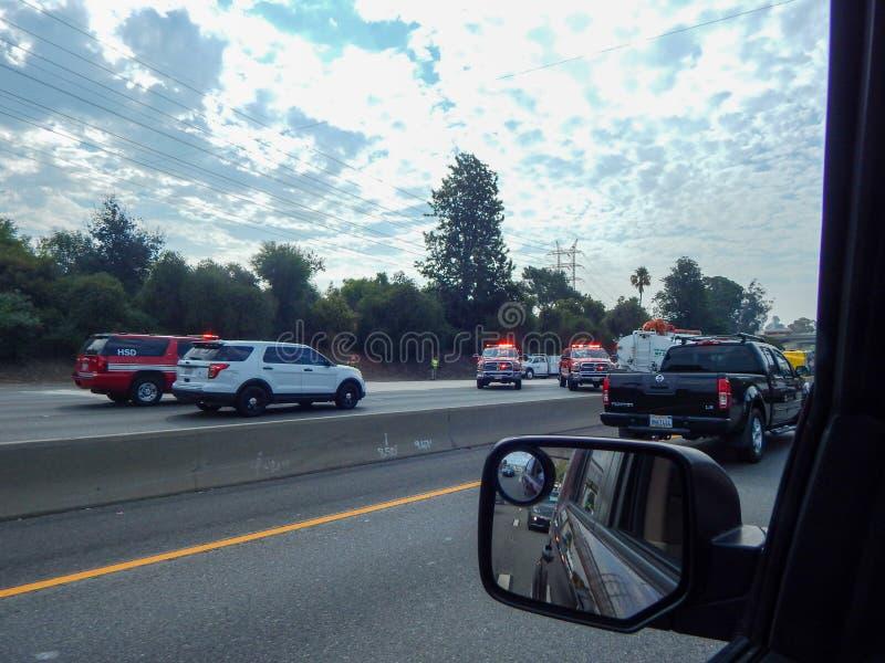 Pojazdy Ratunkowi Wykładają autostradę podczas wypadku wywrócona ciężarówka na 5 autostradzie w Los Angeles zdjęcie royalty free