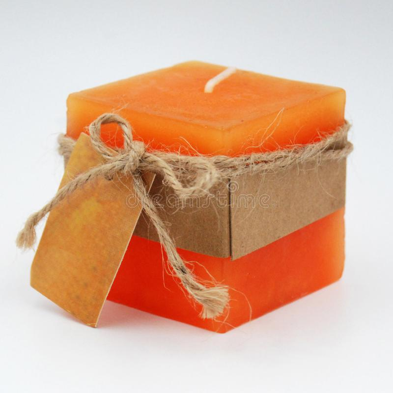 pojedyncza świeczka z papierową etykietki i konopie arkaną z łęku krawatem fotografia stock