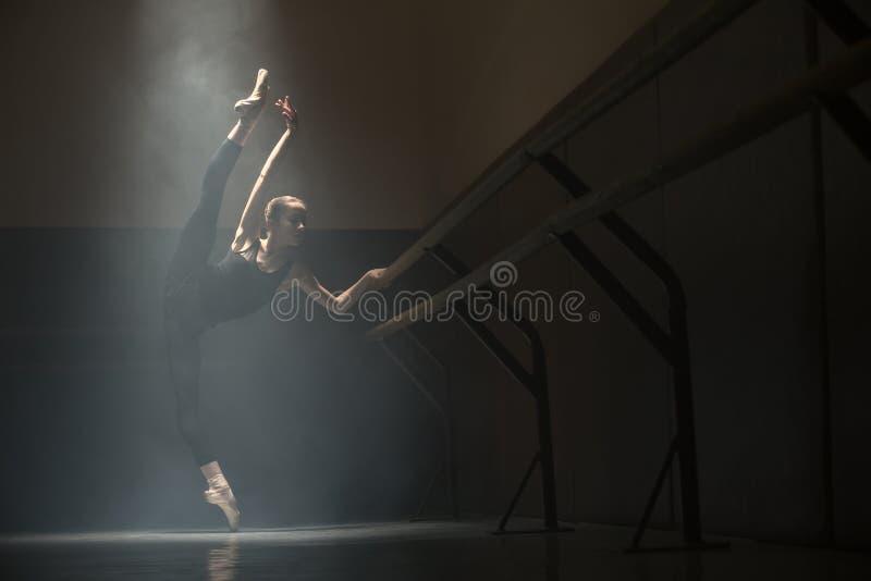 Pojedyncza balerina w klasowym pokoju fotografia royalty free