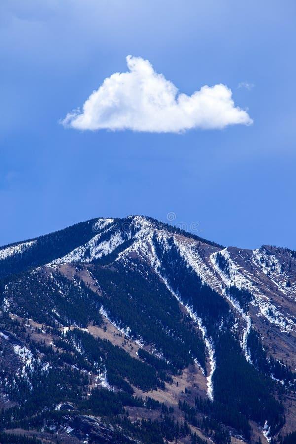 Pojedyncza chmura nad halny szczyt zdjęcia royalty free