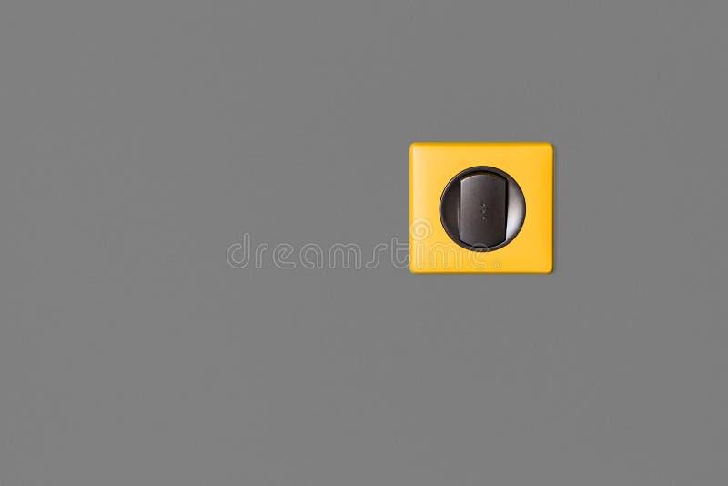 Pojedyncza lekka zmiana na popielatej ścianie Grafitów klucze i jaskrawa kolor żółty rama obraz stock
