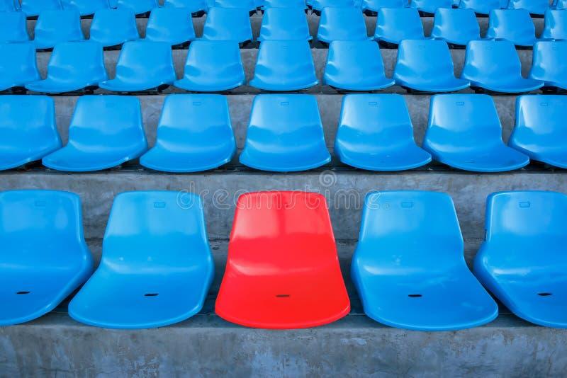 Pojedyncza lub czerwoni jeden ławka w siedzenie lub centrum błękitny krzesło w stadium piłkarski lub futbolu lub środku obrazy royalty free