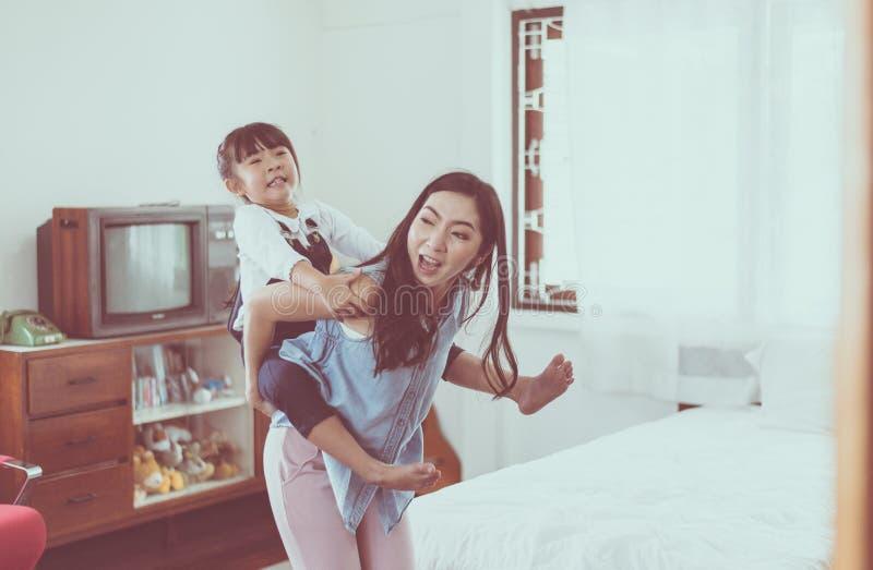 Pojedyncza mama i córka na piggyback jedziemy, Szczęśliwy i uśmiechnięty zdjęcie stock