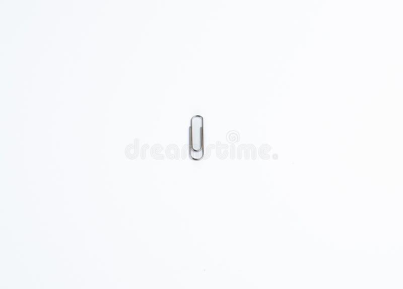 Pojedyncza Papierowa klamerka na Białym tle zdjęcie royalty free