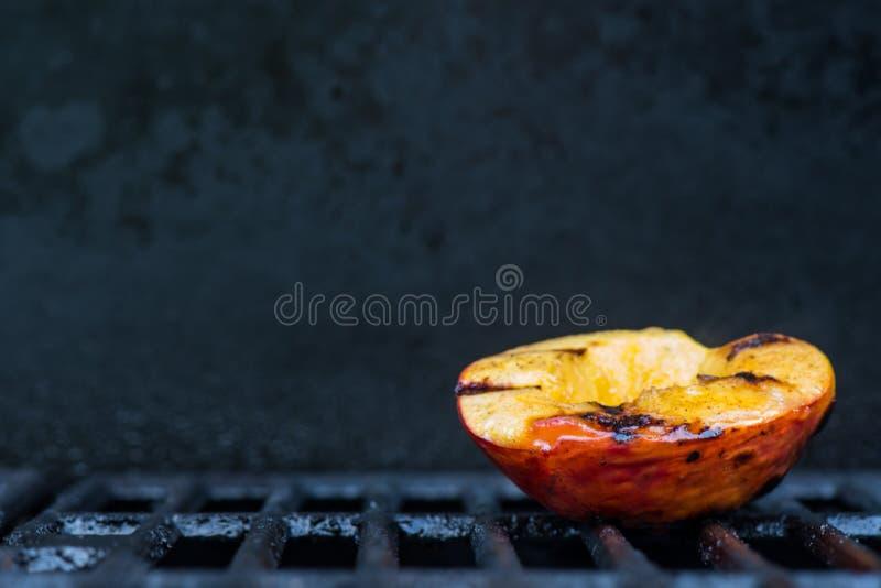 Pojedyncza Piec na grillu brzoskwinia na prawicie Z kopii przestrzenią fotografia royalty free
