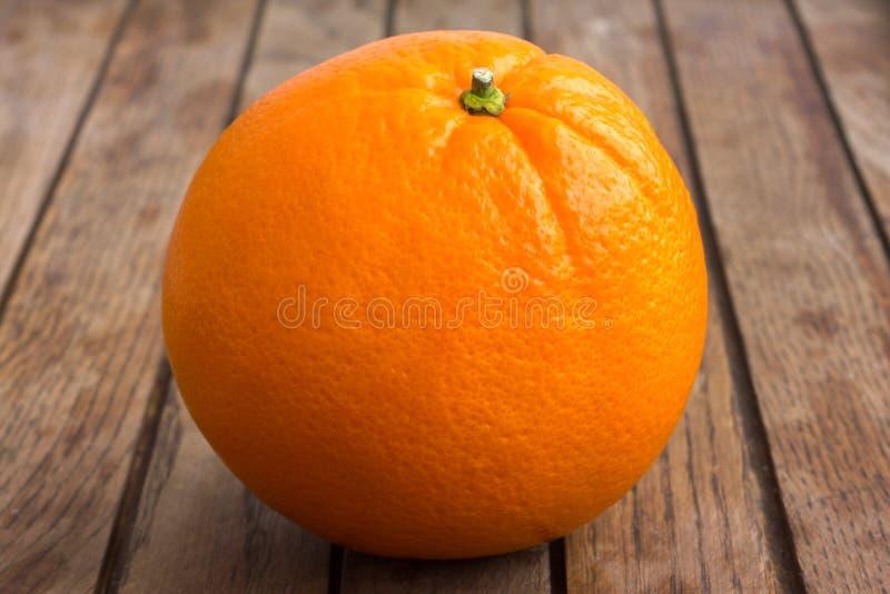 Pojedyncza pomarańcze na drewno desce fotografia royalty free