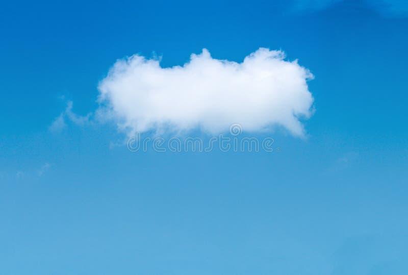 Pojedynczy biel chmury wzory na jaskrawym niebieskiego nieba tle w letniego dnia i kopii przestrzeni fotografia royalty free