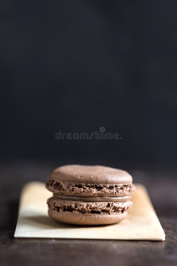 Pojedynczy czekoladowy macaroon zdjęcia royalty free