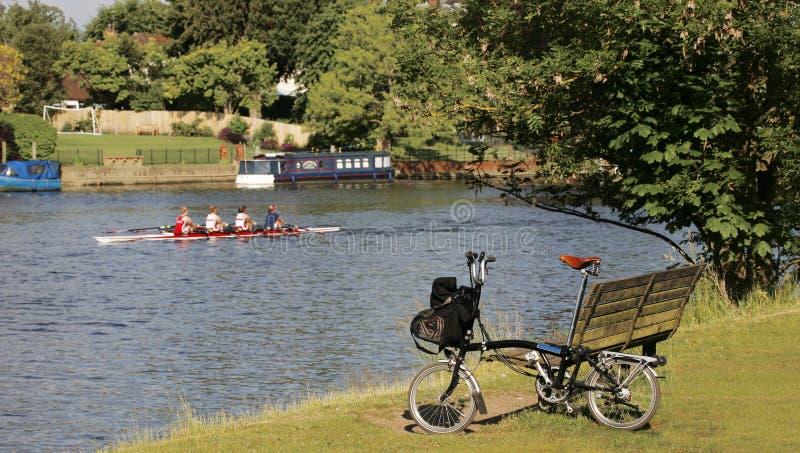 Pojedynczy falcowanie bicykl blisko Thames rzeki zdjęcia stock