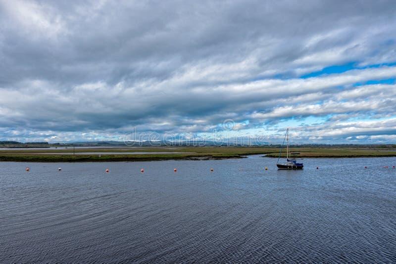 Pojedynczy jacht berthed out w Irvine schronieniu na wietrznym dniu w Szkocja obrazy stock