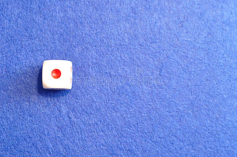 Pojedynczy kostka do gry z numerowy jeden obraz royalty free