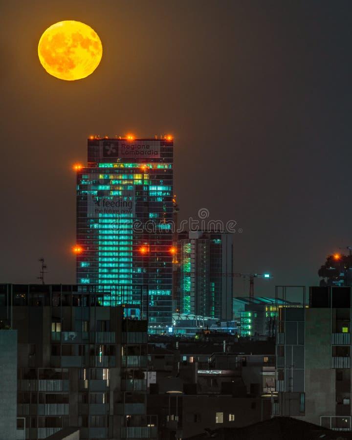 Pojedynczy krótkopęd księżyc w pełni w Mediolan noc pejzażem miejskim obraz stock